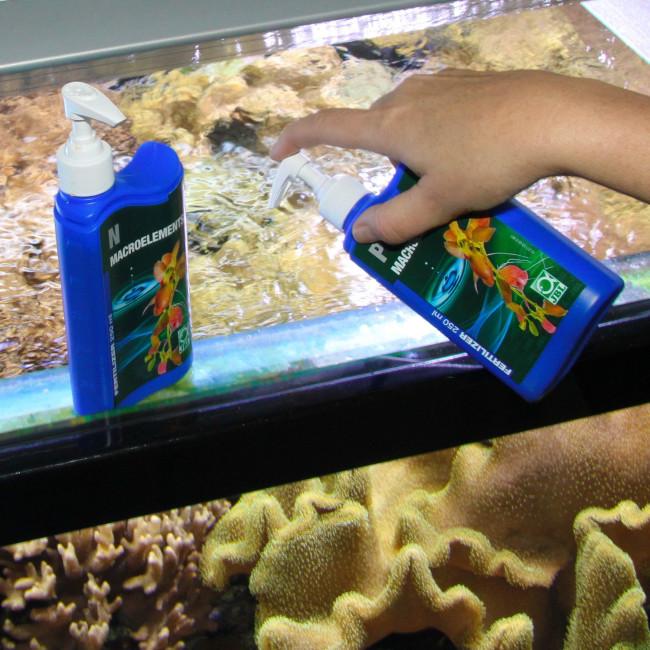 Внесение в аквариум минерального удобрения.