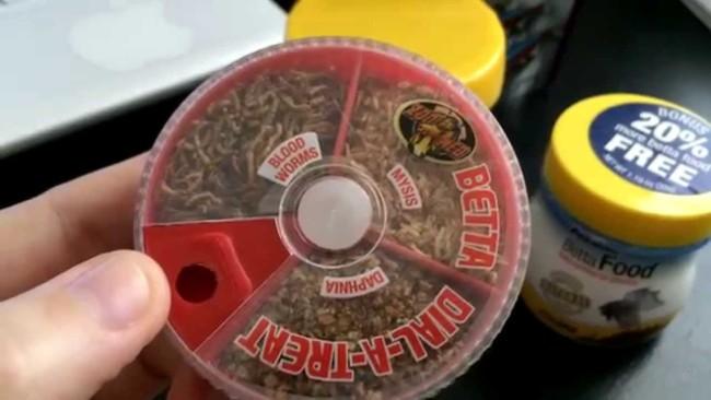 Дозатор для кормления рыбок петушков.